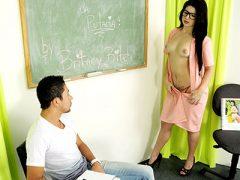 Professora faz sexo com aluno na sala de aula