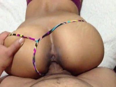 Sexo caseiro com uma amadora bunduda dando de quatro na cama