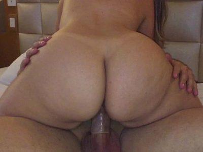 Amadora bunduda no motel sentando na rola