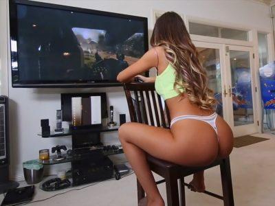 Gostosa jogando video game e levando rola do negão