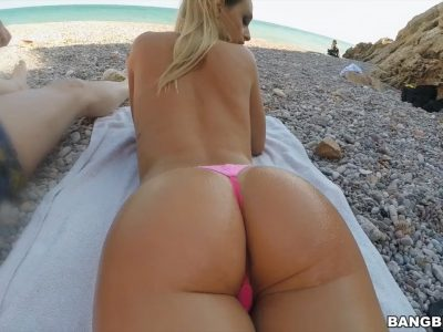 Loira bunduda e de peitos durinhos dando pro namorado na praia