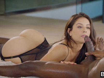 Mulher gostosa muito gulosa por um pau grande e preto