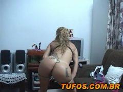 Safada dançando pelada em casa antes do baile funk